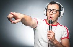 Kerel met microfoon en hoofdtelefoons Stock Foto's