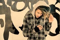 Kerel met rastahaar die op zijn warme filter van Smartphone letten applie Stock Afbeeldingen