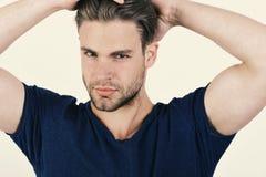 Kerel met varkenshaar in blauwe t-shirt Mens met eerlijk haar stock foto