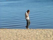 Kerel op het strand Stock Afbeelding