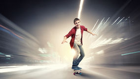 Kerel op skateboard stock foto