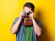 Kerel in overhemd met uitstekende camera Stock Foto