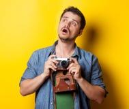 Kerel in overhemd met uitstekende camera Royalty-vrije Stock Afbeeldingen
