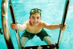 Kerel in pool Stock Foto's