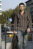 Kerel walkig op de straat Stock Foto