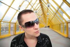 Kerel in zonnebril royalty-vrije stock afbeelding