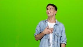 Kerelgrappen, is hij niet bored, is hij gelukkig en positief Het groene scherm stock footage
