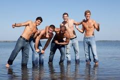 Kerels bij het strand royalty-vrije stock foto