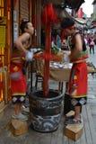 Kerels die traditionele dought voor snoepjes werken Stock Afbeeldingen