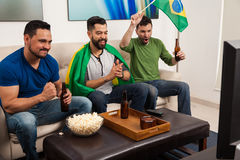 Kerels die voor Brazilië op TV toejuichen Royalty-vrije Stock Afbeeldingen