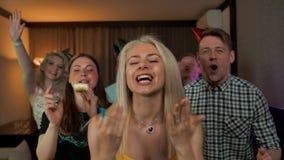 Kerels en meisjesvrienden die u gelukwensen met uw verjaardag stock videobeelden
