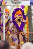 Kerels in gekleurde veren bij Vrolijke trotsparade Royalty-vrije Stock Afbeeldingen