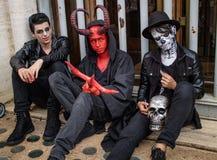 Kerels in kostuums in Zombiegang Sao Paulo Stock Foto