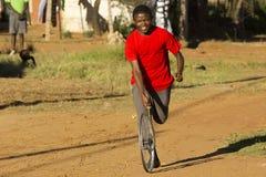 Kereltje in Rode T-shirt, die met Wiel speelt stock afbeeldingen