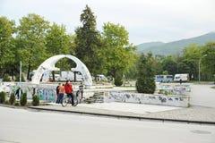 Kereltjes in een het met een skateboard rijden park in Bitola Stock Fotografie