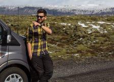 Kereltoerist die een auto in de bergen drijven, die naar IJsland reizen royalty-vrije stock foto