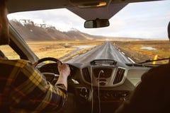 Kereltoerist die een auto in de bergen drijven, die naar IJsland reizen royalty-vrije stock afbeelding