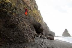 Kereltoerist die zich bovenop een berg in IJsland bevinden, concep royalty-vrije stock afbeeldingen