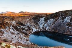 Kerid火山口的顶视图与蓝色湖的日出的 金黄圈子游览 冰岛风景 免版税图库摄影