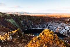 Kerid火山口的顶视图与蓝色湖的日出的 金黄圈子游览 冰岛风景 库存图片