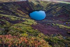 Kerid krateru Islandzki błękitny powulkaniczny jezioro Zdjęcie Stock