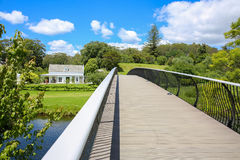 KERIKERI NZ - JANUARI 10,2015: Sikt av den historiska beskickningstationen Kemp House från den moderna metallbron Arkivfoton