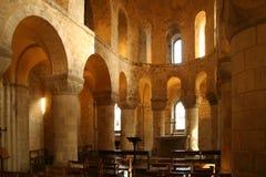 Binnenland van oude steenkerk Stock Afbeeldingen