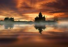 Kerk, bezinning, meer en zonsondergang Royalty-vrije Stock Afbeeldingen