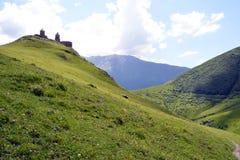 Kerk bij de bovenkant van een berg in Georgië Royalty-vrije Stock Foto
