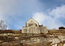 Kerk bij de rand van Stevn Klint van Klip met Wolken royalty-vrije stock foto's