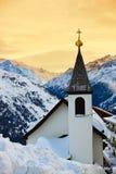 Kerk bij de toevlucht Solden Oostenrijk van de bergenski stock fotografie