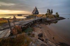 Kerk bij kust een zonsopgang Stock Fotografie