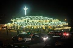 Kerk bij nacht met Kerstmislichten dat helder wordt verlicht royalty-vrije stock foto's