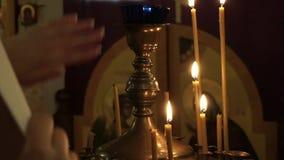 Kerk Brandende Kaarsen, mensen gezette kaarsen stock videobeelden