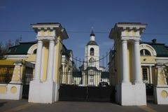Kerk buiten de poorten van de Russische manor royalty-vrije stock foto's