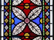 Kerk: de bloemontwerp van het gebrandschilderd glasvenster Stock Fotografie