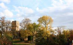 Kerk in de herfst. Stock Afbeelding