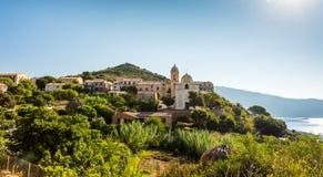 Kerk in de kleine stad van Corsica royalty-vrije stock afbeeldingen