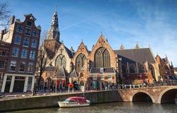 Kerk de Oude Igreja velha na costa do canal em Amsterdão Fotos de Stock