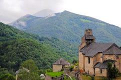Kerk in de Pyreneeën stock fotografie