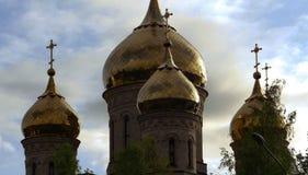 Kerk in de schaduwen middag Verbazende Hemel stock afbeeldingen
