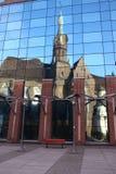 Kerk in de spiegel Stock Foto's