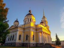 Kerk in de stralen van de de zomerzonsondergang stock fotografie