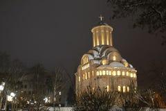 Kerk in de winter De stad van de nacht stock fotografie