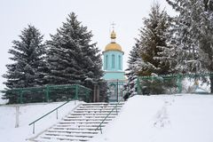 Kerk in de winter tussen de groene spar royalty-vrije stock fotografie