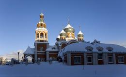 Kerk in de winterzonsopgang Royalty-vrije Stock Foto's