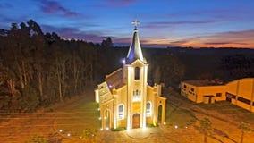Kerk, in Desvio Machado Carlos Barbosa - Brazilië Weergeven van hoogte aan schemer royalty-vrije stock foto's