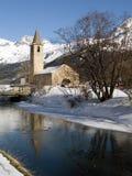 Kerk dichtbij een bevroren rivier royalty-vrije stock afbeelding