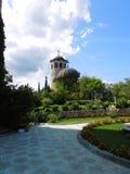 Kerk dichtbij kasteel in Ravadinovo, Bulgarije Stock Fotografie