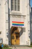 Kerk die vrolijke leden welkom heet in de congregatie Stock Afbeelding